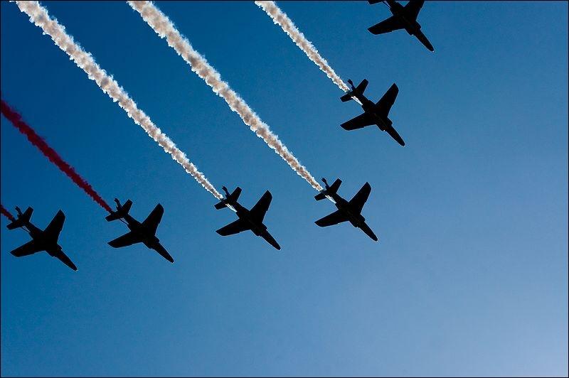 Le défilé aérien est ouvert par une escadrille aérienne fumigène — généralement la/les ... .