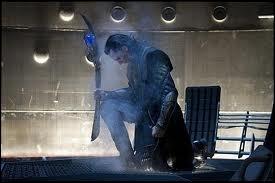 Quel arme Loki tient-il dans sa main droite ?