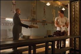 Que contient le dossier tendu par Nick Fury ?
