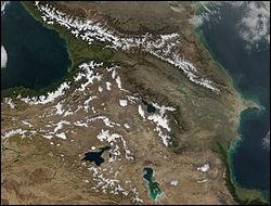 Comment nomme-t-on cette région montagneuse, située entre la mer Noire et la mer Caspienne ?