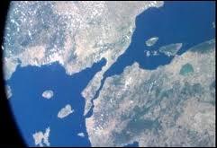 Quel détroit forme un long couloir maritime de 65 km reliant la mer Egée et la mer de Marmara ?