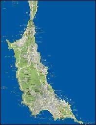 Quelle presqu'île du Morbihan (Bretagne) est reliée au continent par l'isthme de Penthièvre qui fait moins de 100 mètres de large ?