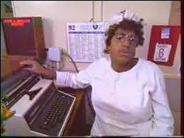 Dans le reportage sur l'hôpital, comment Joséphine, Marie-Thérèse et Marie-Denise réagissent-elles dès qu'un patient demande de l'aide ?