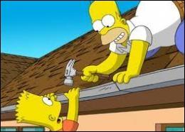 Quelle partie du corps Homer se blesse-t-il avec un marteau en voulant réparer le toit de sa maison ?