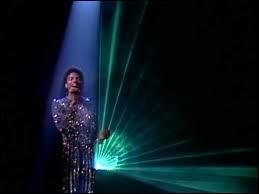 Dans quel clip Michael Jackson danse-t-il et chante-t-il sous la lumière d'un projecteur vert ?