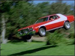 Comme tout le monde a reconnu ce générique, je vais vous demander qui conduit la Ford Gran Torino...
