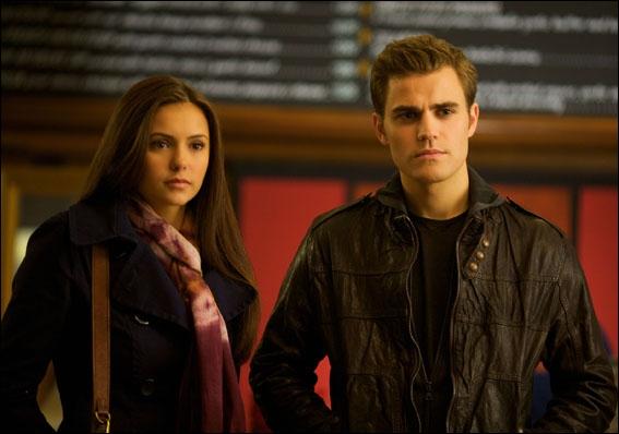 Où se rencontrent pour la première fois Stefan et Elena ?