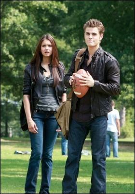 Dans la saison 1, que donne Stefan à Elena pour ne pas qu'elle soit hypnotisée ?