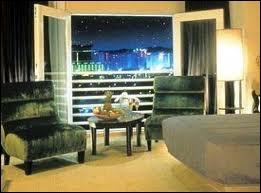 Las Vegas possède la plus grande capacité hôtelière du monde. Combien de chambres d'hôtels y a-t-il environ ?