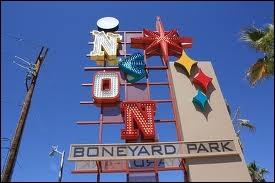 Le musée du néon conserve des vieilles enseignes lumineuses d'hôtels dans un parc nommé «Boneyard». Environ combien d'acres fait le «Boneyard» ?
