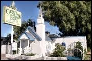 Quel personnage fait les mariages à «Graceland Wedding Chapel» ?