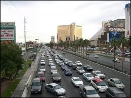 Combien de voies «The Strip» peut-il y avoir dans une seule direction à une intersection ?