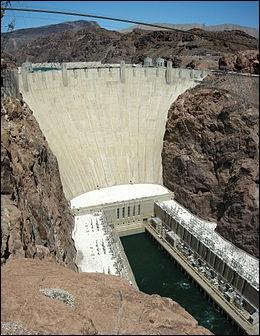 Qu'est-ce qui est faux sur le barrage Hoover, situé à 40 km au sud-est de Las Vegas ?