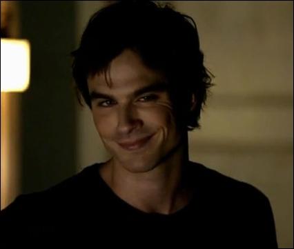 Pourquoi Damon revient-il à Mystic Falls au cours de la saison 1 ?