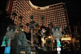 Treasure Island est un hôtel ayant pour thème les Antilles et les pirates. Quelle attraction n'est plus à cet hôtel ?