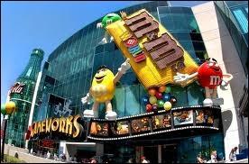 Le M&M's World est un des nombreux magasins du Showcase Mall. Outre celui de Las Vegas, M&M's World a ouvert ses portes à New York, Orlando et Londres. Combien d'étages possède celui de Las Vegas ?