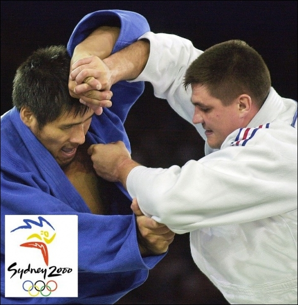 Quelle était la nationalité du judoka affronté lors de sa finale victorieuse en poids lourds, par David Douillet en 2000 à Sydney ?