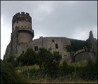 Château de Tournoël surveillant la ville de Riom. Il connut une histoire mouvementée mais sa situation sur l'éperon rocheux le rendait imprenable. Dans quel département pouvez-vous le visiter ?