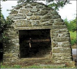 Ce puits se trouve sur la commune de Lancieux située dans les Côtes-d'Armor. Comment nomme-t-on sa construction caractéristique ?