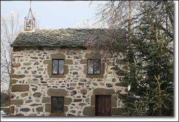 Une belle restauration pour cette toiture. Les artisans de Saint-Paulien, en Haute-Loire, perpétuent la tradition des couvertures en pierres plates que l'on désigne sous le nom de :