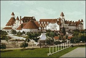 Comment se nomme cet hôtel situé sur Coronado Island, qui donne sur la baie de San Diego et qui a ouvert ses portes en 1888 ?