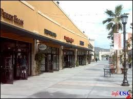 Quelle ville de l'agglomération de San Diego est réputée pour ses  outlets  ?
