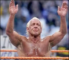 Qui a rendu hommage à Ric Flair lors de sa cérémonie d'adieu et celui qui fut le dernier à lui dire au revoir ?