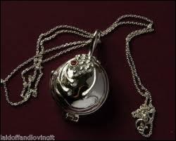A qui appartient vraiment le collier que Stefan offre à Elena ?