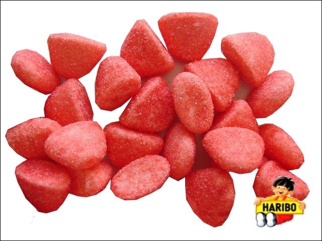 Je suis un bonbon qui ressemble à un fruit rouge.