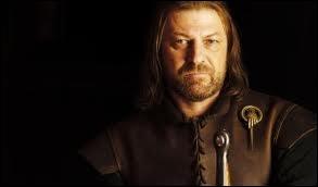 Quel enfant Stark assiste secrètement à la mort de son père Eddard Stark ?