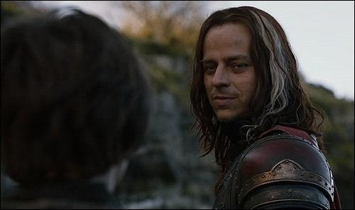 Dans la saison 2, Jaqen H'ghar a une dette envers Arya Stark et l'aide à s'échapper de la prison où elle est retenue, pourquoi ?