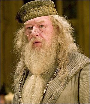 Quel est le nom COMPLET du directeur de l'école de sorcellerie  Poudlard  ?