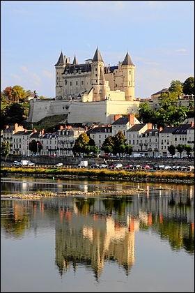 Forteresse bâtie au confluent de la Loire et du Thouet, elle a connu ses premières fortifications au Xe siècle, fut proprieté du conte d'Anjou, puis en 1227 de Saint Louis :