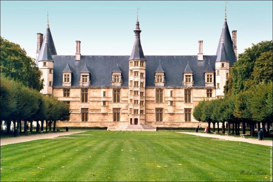 Construit au XVe siècle, par Jean de Clamecy dasn un style médiéval, en 1573 Louis de Gonzague y ajoute des lucarnes qui mettent en lumière l'époque de la Renaissance :