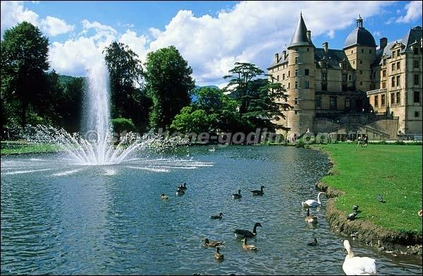 Château de Lesdiguières bâti dans un style Renaissance sur les ruines d'un édifice médiéval, ce château est un haut lieu de la Révolution française :