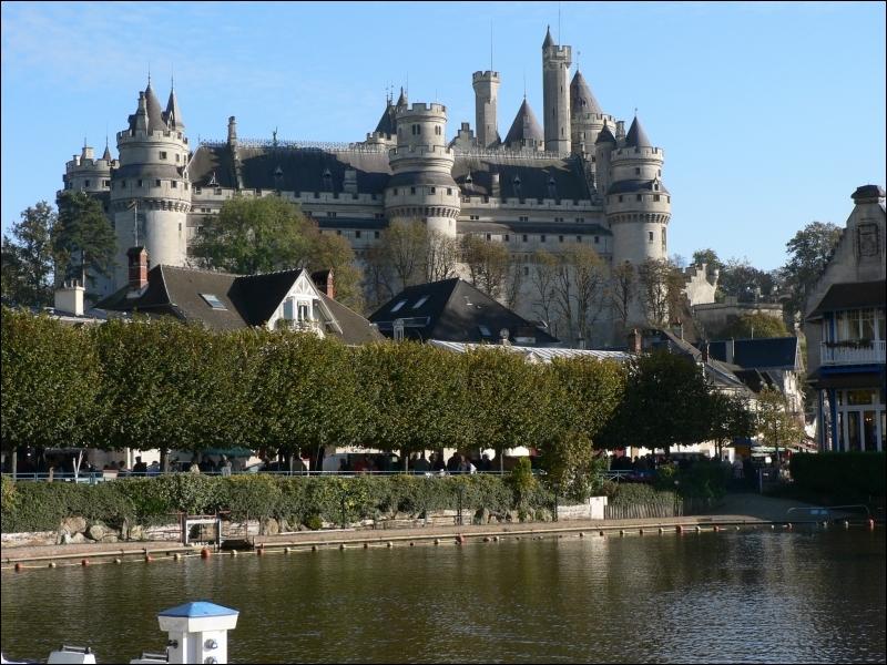 Ses 38 tours dominent la Picardie, il fut restauré par Viollet le Duc entre 1857 et 1885 :