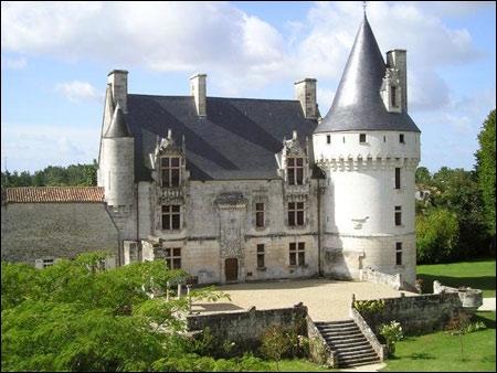 L'un des joyaux du Poitou Charentes surnommé  le château du Chat Botté , il appartenait au XVIIe siècle au Conte de Caravas qui inspira à 'Charles Perrault le personnage du Marquis de Carabas :