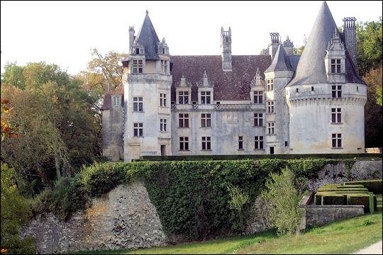 Situé en Dordogne sur la commune de Villars, il présente de très riches décors sculptés avec des lucarnes portant des motifs empruntés à des modèles italiens :