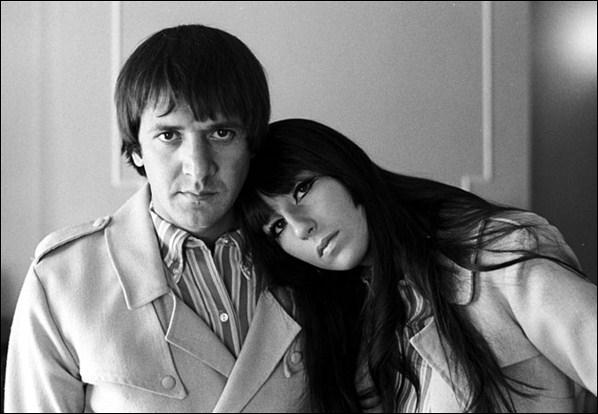 Duo américain formé en 1963. 'I Got You Babe', sorti en 1965 devient n°1 aux Etats-Unis. Ils connurent d'autres succès, dont 'Baby Don't Go', 'Little Man', 'The Beat Goes On'.