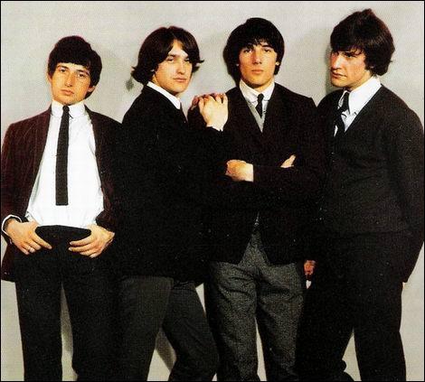 Groupe de rock anglais formé en 1964. Est considéré comme l'un des groupes les plus importants et influents de son époque. 'You Really Got Me', en 1964, devient leur premier succès.