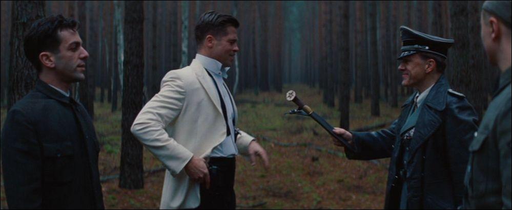 Lors de la scène finale, qu'est-ce qu'Aldo inflige au colonel Landa pour que son uniforme de nazi lui  colle à la peau  toute sa vie ?