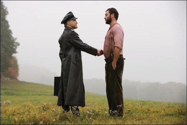 Alors qu'il rend visite à un paysan du nom de LaPadite au début du film, que boit le colonel Landa ?