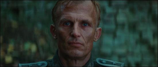 Lors de la scène de l'embuscade, qu'arrive-t-il au sergent allemand qui refuse de transmettre la position de ses hommes sur la carte ?