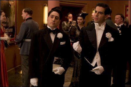 Pour essayer de passer inaperçus lors de la soirée nazie au cinéma, quelle fausse nationalité les  Bâtards  prennent-ils ?
