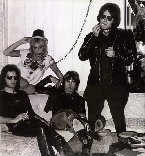 Groupe de rock américain formé en 1967, qui compte Iggy Pop parmi ses membres. 'I Wanna Be Your Dog', 'Search and Destroy' font partie de leurs succès.