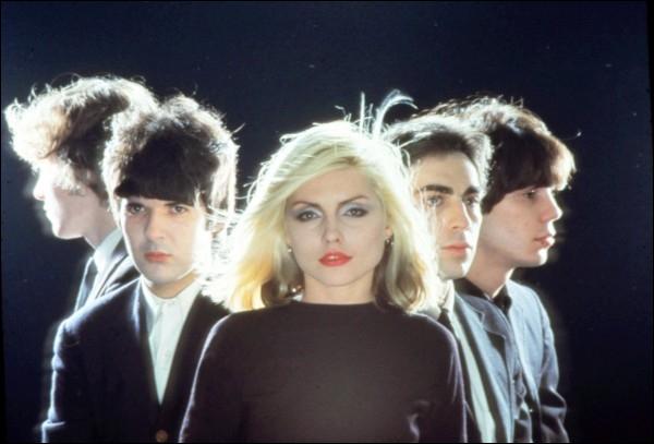 Groupe de musique américain fondé en 1975 à New York, emmené par la chanteuse Debbie Harry. On peut citer parmi leurs succès : 'Heart of Glass', 'Call Me', 'One Way or Another', 'Atomic'.