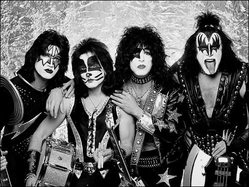 Groupe de rock américain fondé à New York en 1973. Très populaire à travers le monde, notamment grâce à leurs maquillages. Est considéré comme l'un des plus grands groupes de hard rock.