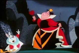 Que dit la Reine de Coeur, quand elle découvre les trois cartes qui lui ont peints ses rosiers en blanc ?