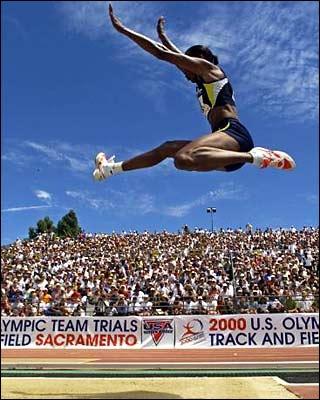 Dans quelle épreuve de saut le record olympique féminin est détenu par Jackie Joyner-Kersee ?