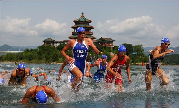 Quelle discipline sportive est composée de trois épreuves (natation, cyclisme et course à pied) ?